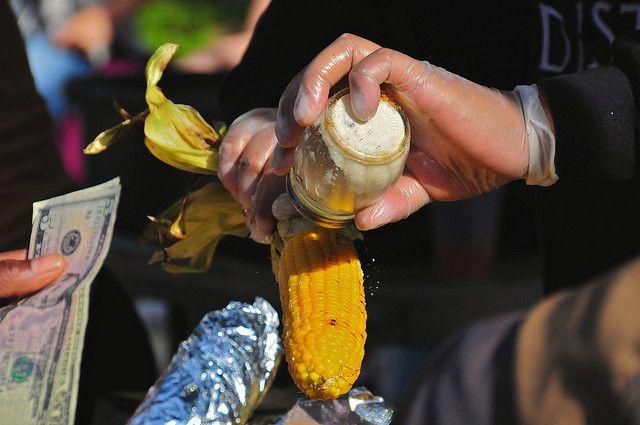 Стрит-фуд — вареная кукуруза