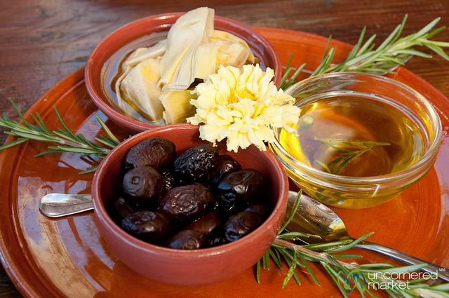 Критские оливки, артишоки и оливковое масло