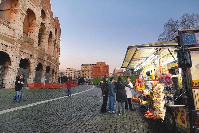 Киоски с уличной едой возле Колизея в Риме