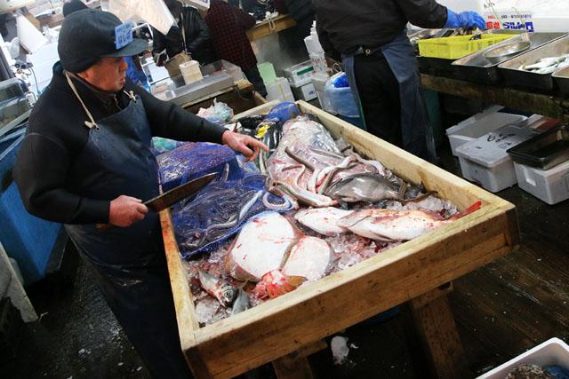 Рыбная мелочь в деревянной коробке